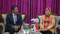 Wali Kota Surabaya Tri Rismaharini menerima kunjungan kerja dari Menteri Transportasi dan Pekerjaan Umum Kamboja, Sun Chanthol pada Jumat (20/9/2019). (Foto: Liputan6.com/Dian Kurniawan)
