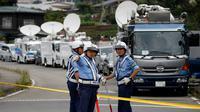 Petugas kepolisian memblokade lokasi serangan penusukan sarana difabel Tsuki Yamayuri-en di Sagamihara, barat Tokyo, Selasa (26/7). 19 orang tewas dalam serangan yang dilakukan seorang pria dengan menggunakan pisau. (REUTERS/Issei Kato)