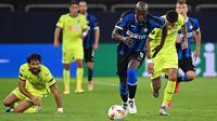 Penyerang Inter Milan, Romelu Lukaku, menggiring bola saat menghadapi Getafe pada laga 16 besar Liga Europa 2019/2020 di Veltins Arena, Kamis (6/8/2020) dini hari WIB. Inter Milan menang 2-0 atas Getafe. (AFP/ Ina Fassbender/various sources)