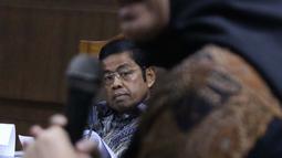Mantan Sekjen Partai Golkar, Idrus Marham menyimak keterangan Eni Maulani Saragih saat sidang di Pengadilan Tipikor, Jakarta, Selasa (29/1). Idrus didakwa terlibat kasus dugaan suap kerja sama pembangunan PLTU Riau-1. (Liputan6com/Helmi Fithriansyah)