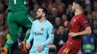 Kiper AS Roma, Alisson berhasil menangkap bola yang ditendang pemain Barcelona, Lionel Messi pada laga leg kedua perempat final Liga Champions di Stadion Olimpico, Selasa (10/4). Barcelona secara mengejutkan dikalahkan AS Roma 0-3. (AP/Gregorio Borgia)