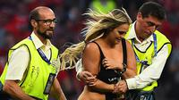 Kini, pengikut Instagram Kinsey Wolanski model baju renang asal Amerika Serikat langsung melonjak menjadi 3.1 juta pengikut dari 300 ribu saja sebelum aksinya di Estadio Wanda Metropolitano, Madrid. ( AFP/Gabriel Bouys )