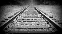 Pria mabuk, yang tidur siang di tengah-tengah rel kereta mengalami cedera akibat tertabrak kereta api.