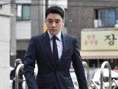 Mantan anggota boyband BIGBANG, Seungri yang memiliki nama asli Lee Seung Hyun tiba untuk menjalani interogasi di Kantor Polisi Metropolitan Seoul, Rabu (28/8/2019). Polisi memanggil Seungri untuk memberikan keterangan atas tuduhan kasus perjudian di luar negeri. (Jung Yeon-je / AFP)