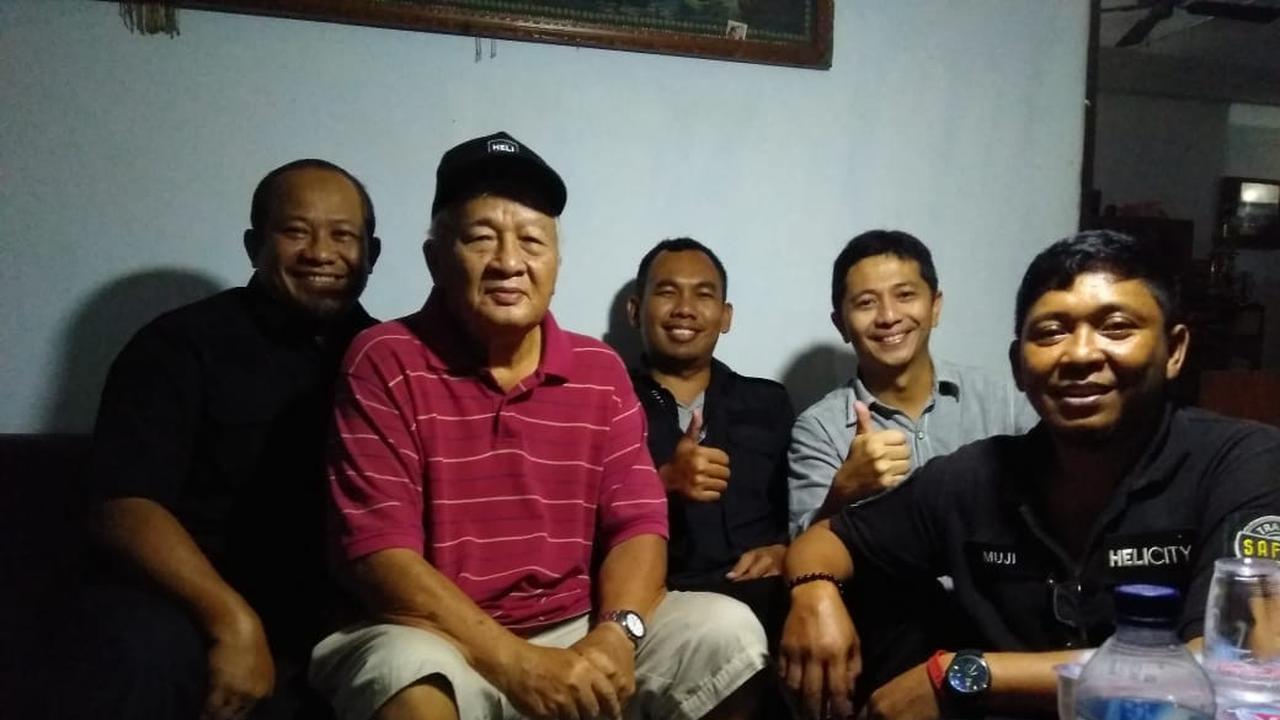 Jika dilihat dari bentuk fisik, kakek ini tampak memiliki tubuh lebih langsing dan terlihat lebih tinggi dibandingkan dengan sosok mendiang Soeharto. ( twitter.com/wilmar_eko)