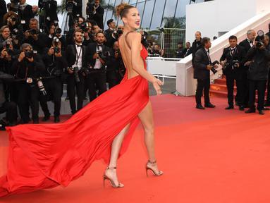Supermodel Bella Hadid berpose saat menghadiri pemutaran perdana film 'Pain and Glory' di Festival Film Cannes 2019 di Prancis, Jumat (17/5/2019). Bella Hadid tampil memukau saat menghadiri Festival Film Cannes ke-72 tersebut. (Photo by Arthur Mola/Invision/AP)
