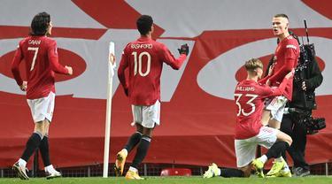 elandang Manchester United, Scott McTominay (kanan) berselebrasi bersama rekan timnya setelah mencetak gol ke gawang West Ham United di menit 97 pada pertandingan perdelapan final Piala FA 2020/2021 di Old Trafford, Inggris (10/2/2021).  MU menang tipis atas West Ham 1-0. (Michael Regan/POOL/AFP)