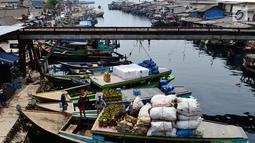 Aktivitas bongkar muat elpiji 3 Kg di Dermaga Kampung Nelayan Cilincing, Jakarta, Sabtu (19/5). Moda transportasi laut dipakai mengirim pasokan gas ke daerah Bekasi untuk menghemat waktu dan biaya. (Liputan6.com/JohanTallo)