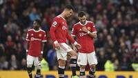 Ekspresi bintang Manchester United, Cristiano Ronaldo (tengah) dan Bruno Fernandes (kanan) pada laga kontra Liverpool di Stadion Old Trafford, Minggu (24/10/2021). (AFP/Oli Scarff)