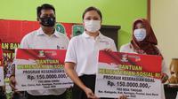 Penasihat Dharma Wanita Persatuan (DWP) Grace Batubara secara simbolis menyerahkan bantuan Program Keserasian Sosial dan Kearifan Lokal untuk Kabupaten Kuningan, Jawa Barat, pada Rabu (4/10).