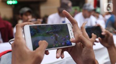Peserta eSports game Mobile Legends berkonsentrasi dalam Indonesia Banten Esport Competition  (IBEC) 2019 di BSD, Tangerang Selatan, Sabtu (2/11/2019). Pemprov Banten menggelar turnamen IBEC 2019 untuk mendukung olahraga esport yang tengah diminati kalangan muda. (Liputan6.com/Angga Yuniar)