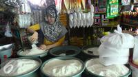 Pedagang tengah menata dagangannya di salah satu pasar di Jakarta, Selasa (3/5). Badan Pusat Statistik (BPS) mengatakan harga bahan kebutuhan pokok relatif terkendali seperti beras dan daging ayam. (Liputan6.com/Angga Yuniar)