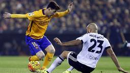 Bintang Barcelona, Lionel Messi, berusaha melewati hadangan pemain Valencia, Aymen Abdennour, pada laga La Liga Spanyol di Stadion Mestalla, Spanyol, Sabtu (5/12/2015). (EPA/Kai Foersterling)