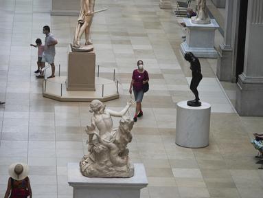 Para pengunjung berjalan melewati benda pameran di Metropolitan Museum of Art Fifth Avenue, New York, Amerika Serikat, 27 Agustus 2020. Dengan meningkatkan protokol kesehatan dan keselamatan, museum tersebut kembali dibuka untuk anggotanya pada 27 Agustus 2020. (Xinhua/Wang Ying)