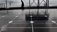 Petugas memeriksa panel surya di gedung ESDM, Jakarta, Rabu (2/3/2016). Penggunaan panel surya bisa menurunkan emisi dari yang sebelumnya mengonsumsi listrik dari Pembangkit Listrik Tenaga Diesel atau berbasis batubara (Liputan6.com/Gempur M Surya)