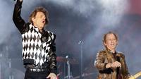 Penampilan Mick Jagger (kiri) dan Keith Richards saat konser Rolling Stones dalam tur 'No Filter' di Soldier Field, Chicago, Amerika Serikat, Jumat (21/6/2019). Rolling Stones membuka konser dengan hits klasik 'Street Fighting Man'. (Kamil Krzaczynski/AFP)