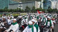 Laskar Front Pembela Islam (FPI) mengikuti konvoi menggunakan sepeda motor saat melintas di Bundaran HI, Jakarta, Rabu (22/5/2019). FPI mengerahkan simpatisannya di Jabodetabek untuk berdemonstrasi terkait hasil rekapitulasi suara Pemilu 2019 di gedung Bawaslu. (Liputan6.com/Immanuel Antonius)