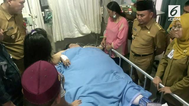 Penderita obesitas Titi Wati dikunjungi Guburnur Kalimantan Tengah di rumah sakit.