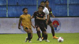 Kelebihan itu membuat Rasyid Bakri tak jarang jadi incaran utama pemain tim lawan untuk dimatikan. (Bola.com/Ikhwan Yanuar)