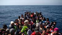 Suasana saat pengungsi dan imigran diselamatkan LSM Proactiva Open Arms Spanyol di utara pantai Libya, Minggu (6/5). (AP Photo/Felipe Dana)
