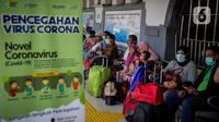Calon penumpang mengenakan masker saat berada di Stasiun Senen, Jakarta, Senin (9/3/2020). PT KAI Daop 1 Jakarta melakukan sosialisasi pencegahan, pemeriksaan kesehatan, dan pengecekan suhu tubuh penumpang sebagai langkah antisipasi penyebaran virus corona (COVID-19). (Liputan6.com/Faizal Fanani)
