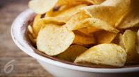 Ingin membuat snack keripik kentang sendiri di rumah? Agar renyah dan lezat intip rahasianya berikut ini. iStockphoto)