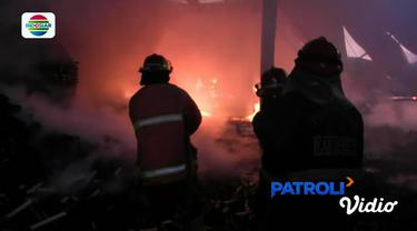 Sejumlah karyawan pabrik berupaya memadamkan api menggunakan alat pemadam api ringan, namun sia-sia api terus bergejolak.
