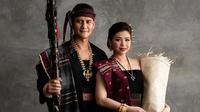 Potret Choky Sitohang dan Keluarga Pakai Kain Ulos. (Sumber: Instagram/@sitohangchoky)