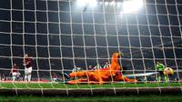 Kiper Juventus, Wojciech Szczesny berusaha menepis bola tendangan penalti striker AC Milan, Gonzalo Higuain saat bertanding pada lanjutan Liga Serie A Italia di stadion San Siro, Milan (11/11). Juventus menang 2-0 atas AC Milan. (AP Photo / Matteo Bazzi)