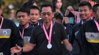 Ketua Umum PSCS, Bambang Tujiatno (tengah) dan pemain saat menjadi runner-up Liga 3 musim 2018. (Bola.com/Vincentius Atmaja)
