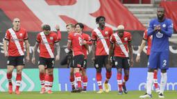 Para pemain Southampton merayakan gol yang dibuat gelandang Takumi Minamino (tengah) ke gawang Chelsea dalam laga lanjutan Liga Inggris 2020/21 pekan ke-25 di St. Mary's Stadium, Southampton, Sabtu (20/2/2021). Southampton bermain imbang 1-1 dengan Chelsea. (AP/Kirsty Wigglesworth/Pool)