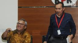 Ketua KPU Arief Budiman (kiri) dan Wakil Ketua KPK Saut Situmorang (kanan) memberi keterangan terkait kerja sama LHKPN di Gedung KPK, Jakarta, Senin (8/4). KPU menegaskan para caleg harus menyerahkan laporan kekayaan mereka bila terpilih. (merdeka.com/Dwi Narwoko)