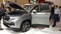 SUV yang diperkenalkan Wuling Indonesia menarik perhatian pengunjung. (Septian/Liputan6.com)