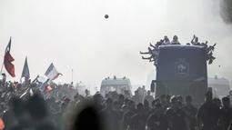 Skuat Prancis menyapa fans saat parade juara di di Champs-Elysee avenue, Paris, (16/7/2018). Prancis berpesta merayakan keberhasilan Les Bleus meraih trofi Piala Dunia 2018. (AP/Jean-Francois Badias)