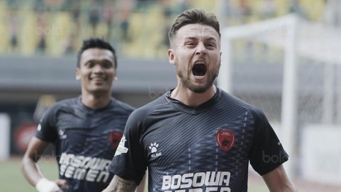 Gelandang PSM, Marc Klok, melakukan selebrasi usai mencetak gol ke gawang Persija pada laga Liga 1 di Stadion Patriot, Bekasi, Selasa  (15/8/2017). PSM sementara unggul 2-0 atas Persija. (Bola.com/M Iqbal Ichsan)