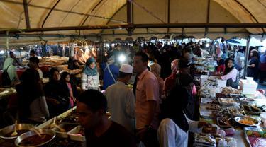 Warga muslim Thailand membeli makanan di pasar sebelum berbuka puasa selama bulan suci Ramadan di Narathiwat (7/5/2019). Umat muslim di seluruh dunia tengah menjalani puasa pada bulan ramadan. (AFP Photo/Madaree Tohlala)