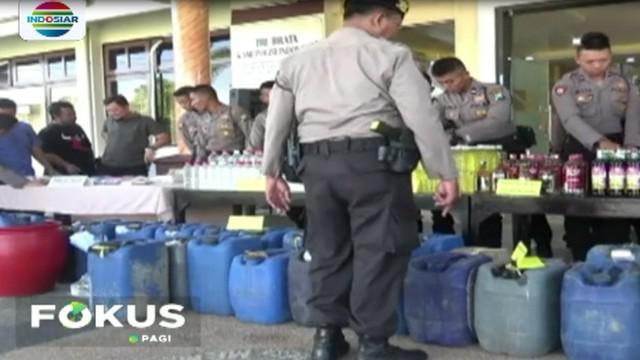 Di hadapan awak media, petugas Polres Banyuwangi, Jawa Timur menggelar ribuan botol miras berbagai merek dan oplosan yang merupakan hasil razia di 84 lokasi selama sepekan terakhir.