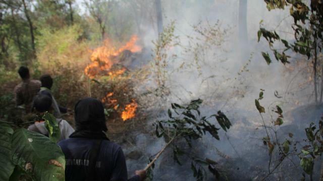 Kebakaran Hutan Meluas, Helikopter Mengudara Diatas Gunung Ciremai