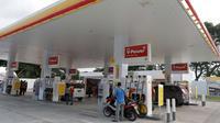 Suasana SPBU Shell yang berada di kawasan bisnis Soewarna, Bandara Soetta, Tangerang, Banten, Kamis (19/4). Shell menambah SPBU di kawasan Bandara Soetta untuk memenuhi kebutuhan bahan bakar berkualitas.(Liputan6.com/Angga Yuniar)