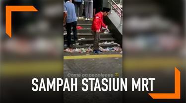 Seorang warganet merekam momen saat sampah berserakan di luar Stasiun MRT Bundaran HI.