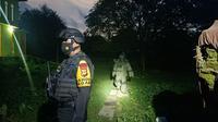 Tim Jihandak Polda Sulsel olah TKP penemuan benda mencurigakan (Liputan6.com/Fauzan)