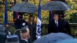 Ibu Negara AS Melania Trump dan Presiden Donald Trump tiba untuk upacara peletakan karangan bunga di Makam Prajurit Tidak Dikenal pada Hari Veteran di Pemakaman Nasional Arlington di Arlington, Virginia, Rabu (11/11/2020). (Brendan Smialowski/AFP)
