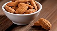 Makan almond satu genggam setiap hari, ternyata juga bisa membuat jantung sehat.