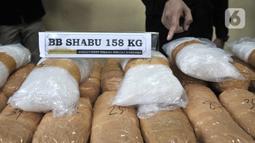 Petugas memperlihatkan barang bukti dalam rilis pengungkapan sindikat narkoba jaringan internasional di Rumah Sakit Polri, Jakarta, Senin (2/12/2019). Dittipid Narkoba Bareskrim Polri mengamankan barang bukti berupa sabu seberat 158 kilogram. (merdeka.com/Iqbal  Nugroho)