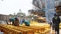 Pekerja tengah mengerjakan proyek pembangunan infrastruktur di Jakarta, Senin (18/9). Badan Pusat Statistik menyebutkan upah harian buruh bangunan (tukang bukan mandor) pada Agustus 2017 sebesar Rp 84.362 per hari. (Liputan6.com/Angga Yuniar)
