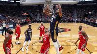 Forward New Orleans Pelicans Anthony Davis melakukan slam dunk pada laga NBA melawan Houston Rockets di Smoothie King Center, Jumat (26/1/2018) atau Sabtu (27/1/2018) WIB. (AP Photo/Gerald Herbert)