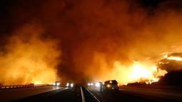Kebakaran melanda sekitar 1.200 hektar lahan di wilayah barat laut Los Angeles, California, AS, Sabtu (26/12/2015). Angin kencang hingga 80 km per jam dan vegetasi kering menyebabkannya api meluas dengan cepat. (REUTERS / Gene Blevins)