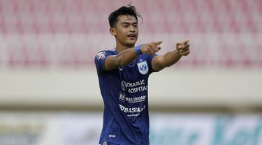 Bek PSIS Semarang, Pratama Arhan melakukan selebrasi usai mencetak gol ketiga ke gawang Persikabo 1973 lewat eksekusi penalti dalam laga matchday ke-2 Grup A Piala Menpora 2021 di Stadion Manahan, Solo, Kamis (25/3/2021). PSIS menang 3-1 atas Persikabo 1973. (Bola.com/Arief Bagus)