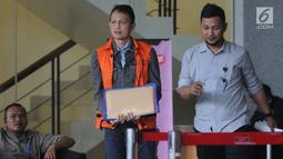 Direktur Teknologi dan Produksi PT Krakatau Steel (Persero) Wisnu Kuncoro (rompi oranye) seusai menjalani pemeriksaan di gedung KPK, Jakarta, Selasa (21/5/2019). Wisnu Kuncoro diperiksa sebagai tersangka kasus dugaan suap pengadaan barang dan jasa di Krakatau Steel. (merdeka.com/Dwi Narwoko)