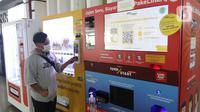 Konsumen bertransaksi dengan uang elektronik di Jakarta, Rabu (2/12/2020). Saat ini frekuensi transaksi mandiri e-money telah menembus 650 juta transaksi dengan nilai yang mencapai Rp10 triliun pada Januari-September 2020 lalu. (Liputan6.com/Angga Yuniar)